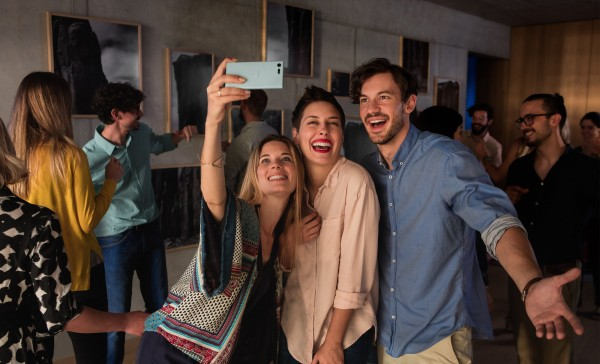 sony-xperia-x-compact_group_selfie